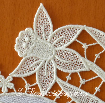 Daffodil free standing lace doily machine embroidery design - detail