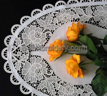 10332 Free standing lace table runner set