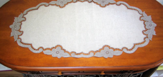 Free standing lace table runner